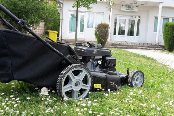 Makina për kositjen e barit.